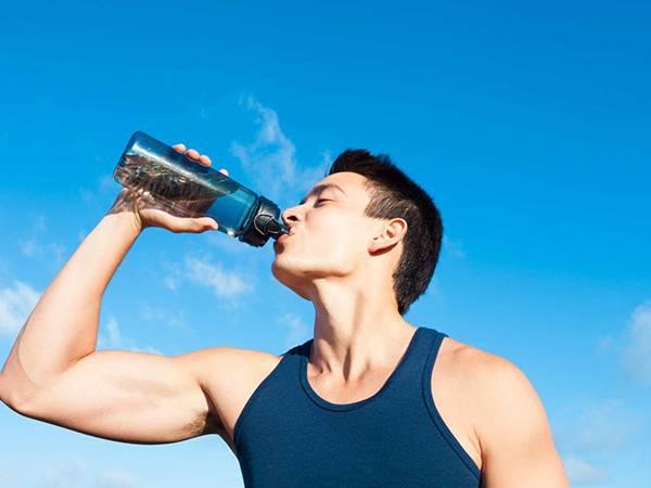 Mơ thấy uống nước đánh con gì? Là điềm báo gì?